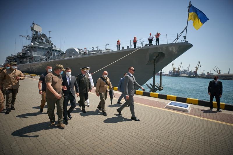 Владимир Зеленский принимает участие в военно-морском параде в честь Дня ВМС Украины