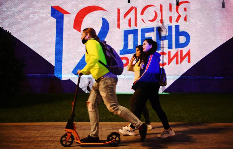 Проекция на стене Московского Кремля к Дню России