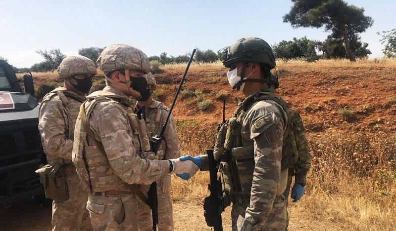 Российские и турецкие военные во время совместного патрулирования
