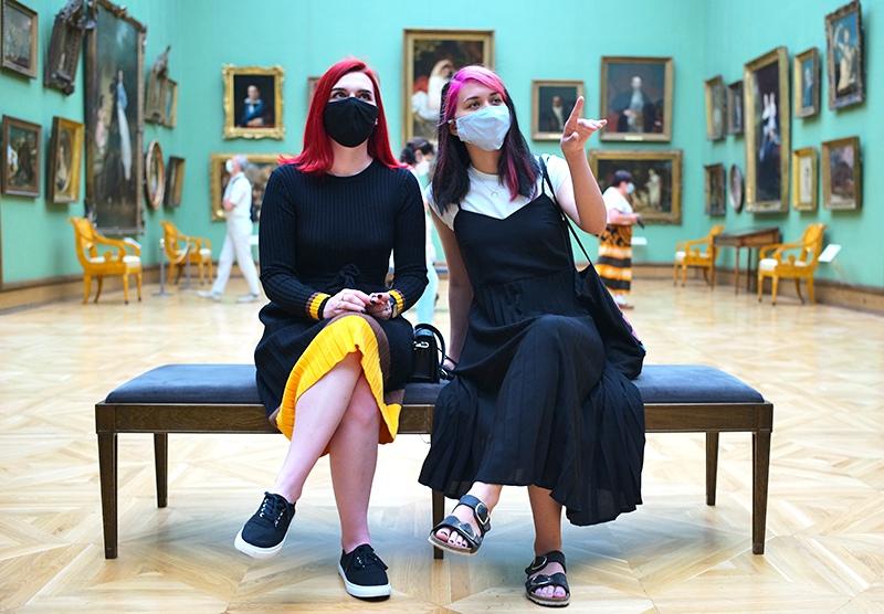 Посетители музе в медицинских масках