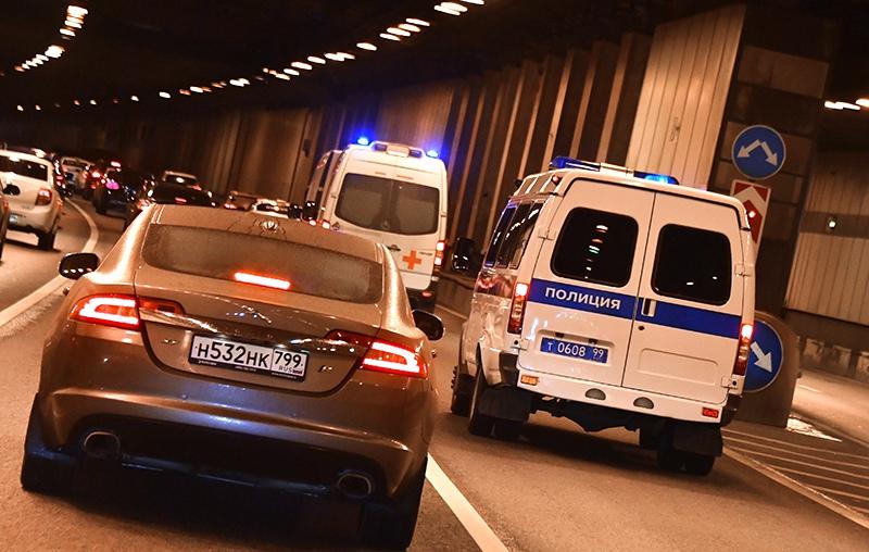 Автомобили полиции и скорой помощи в тоннеле