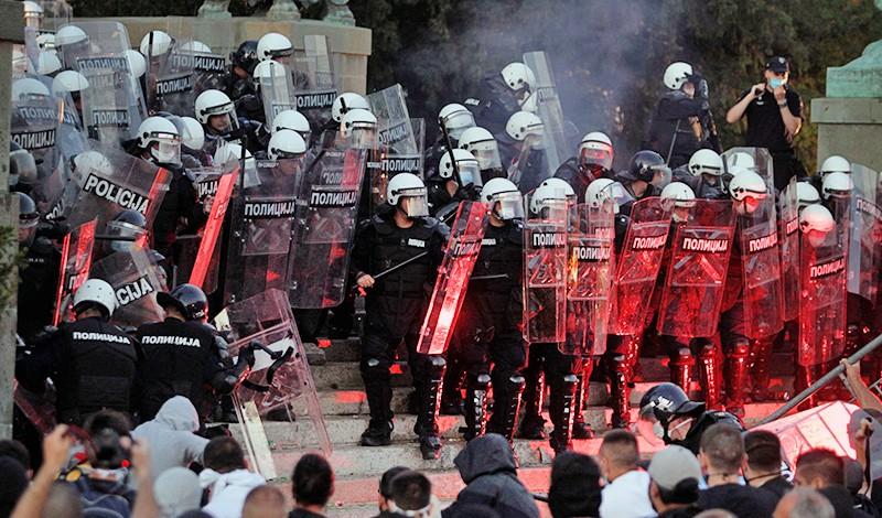 Полиция Сербии разгоняет протестующих