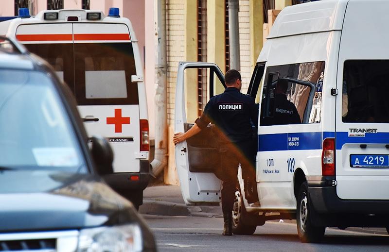 Полиция и врачи скорой помощи на месте происшествия
