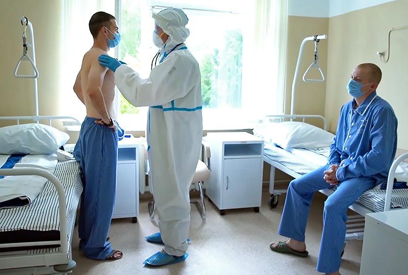Врач проводит осмотр участников испытаний вакцины от коронавируса