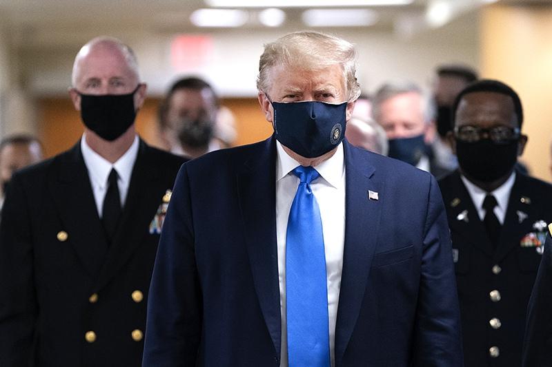 Дональд Трамп в защитной маске