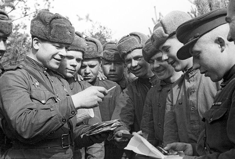Советские солдаты читают почту