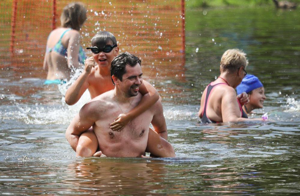 Люди купаются