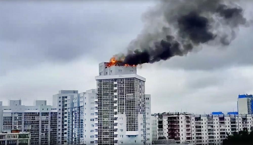 Пожар на крыше многоэтажки