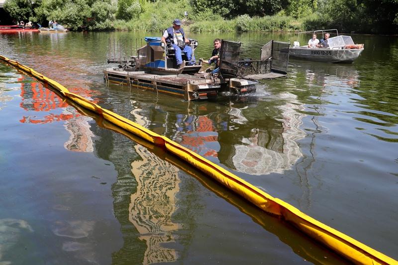 Ликвидация последствий разлива нефтепродуктов в Химкинском водохранилище