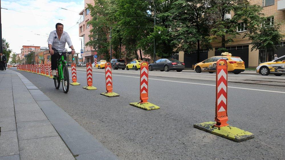 Новая велополоса на ул. Лесная, временно отгороженная от автодороги