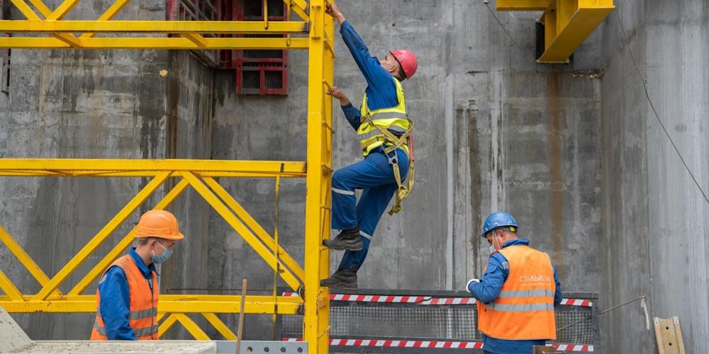 """Рабочие на строительной площадке павильона """"Росатом"""" на ВДНХ"""