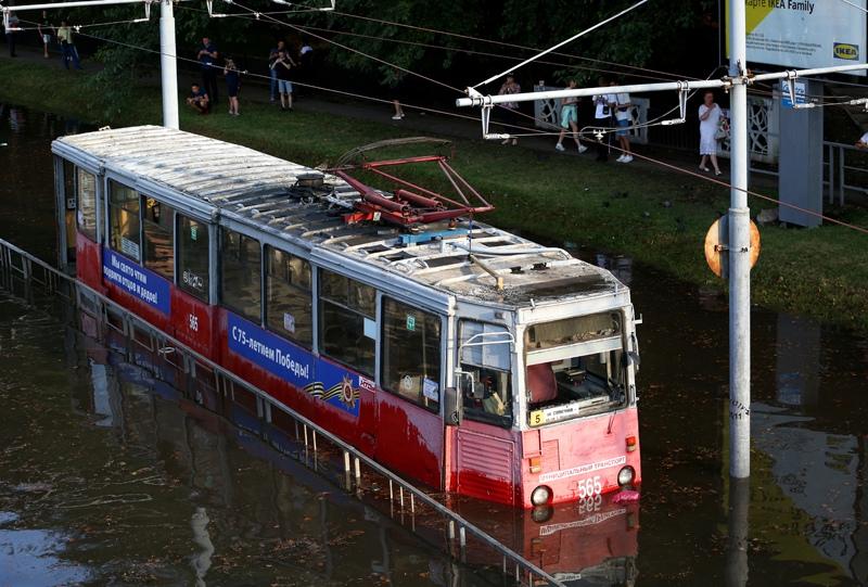 Трамвай, подтопленный после мощного ливня на улице Переходной в центре Краснодара