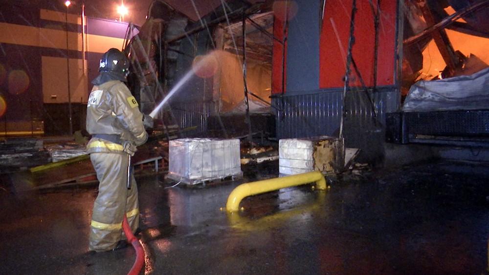 Пожарные тушат склад