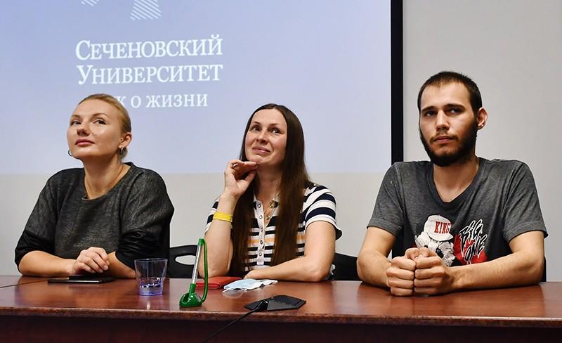 Добровольцы - участники испытания вакцины против COVID-19 на пресс-конференции в Сеченовском университете