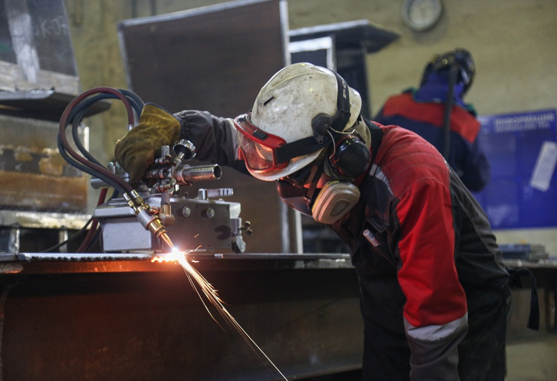 Рабочие в цехе металлических конструкций