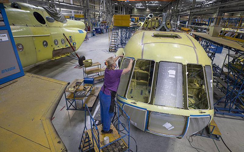 Сотрудница Казанского вертолетного завода в сборочном цехе вертолетов Ми-17