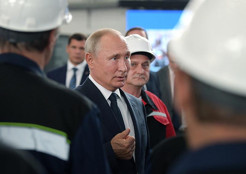 Владимир Путин во врем я общения с сотрудниками судостроительного завода