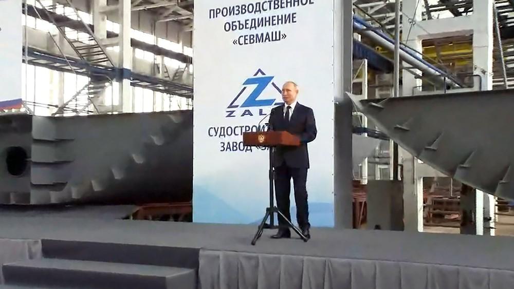 Владимир Путин на судостроительном заводе в Керчи