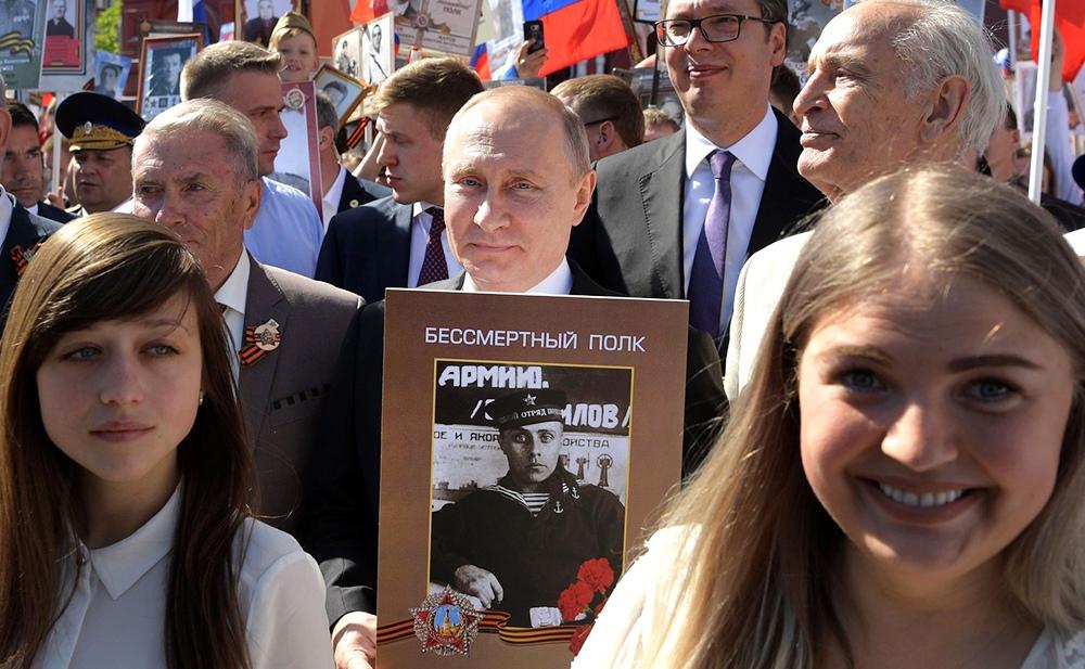 Владимир Путин с портретом своего отца-фронтовика Владимира Спиридоновича