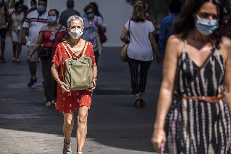 Люди в медицинских масках в Испании