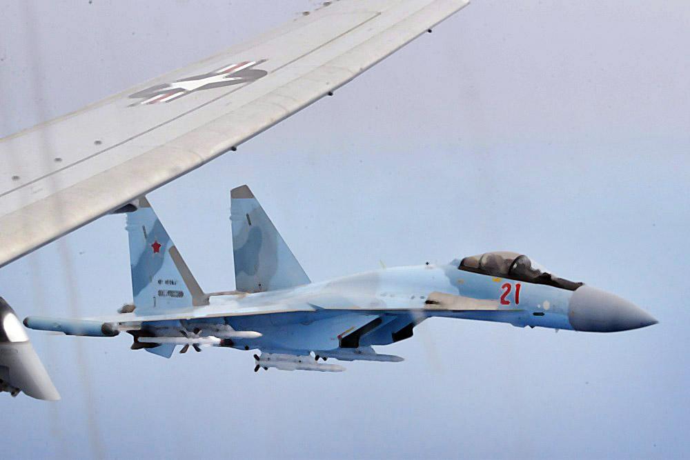 Истребитель Су-30 и самолет ВВС США