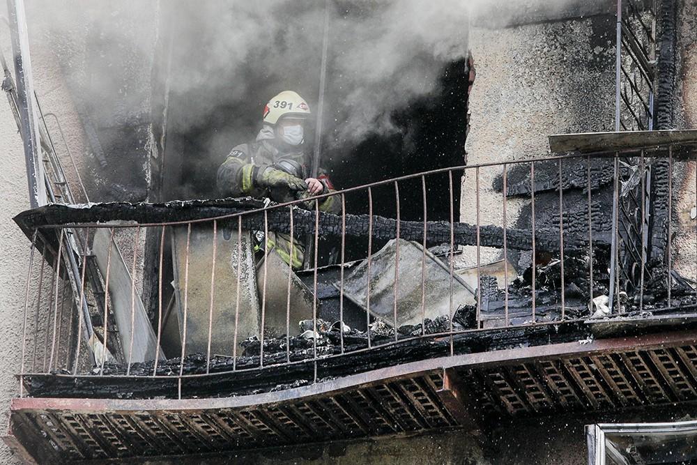 Пожарные на мест возгорания в квартире