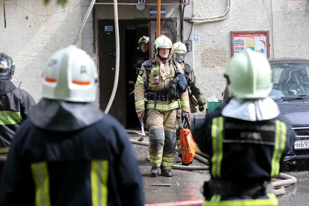 Пожарные на мест возгорания в жилом доме