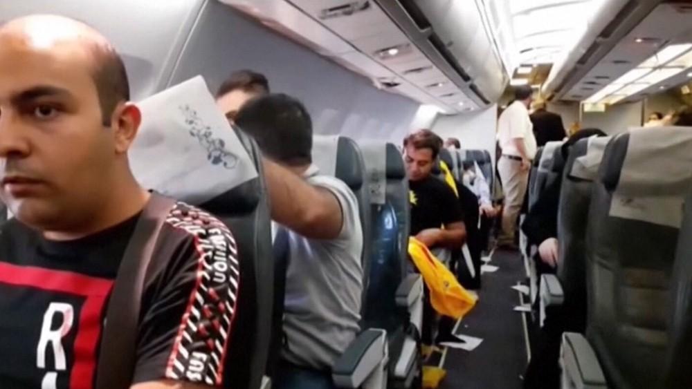 Пассажиры иранского самолета