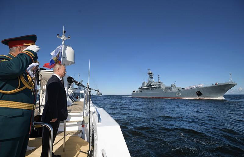 Владимир Путин принимает парад в честь Дня ВМФ России