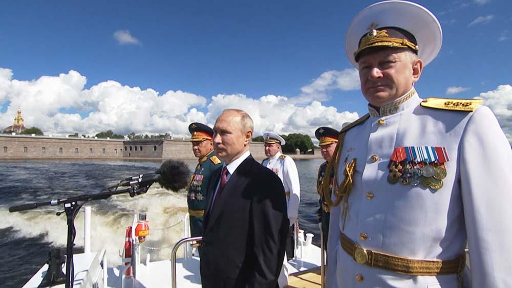 Владимир Путин принимает парад в честь Дня ВМФ Россиид