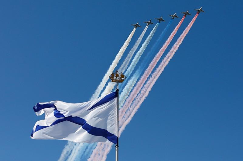 Штурмовики Су-25 в небе во время парада по случаю Дня ВМФ в Санкт-Петербурге