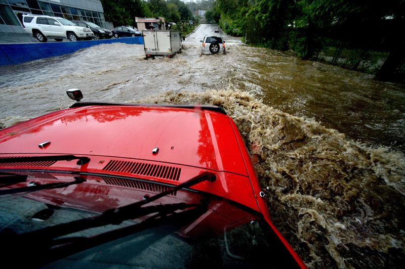 Автомобили на подтопленной проливными дождями улице