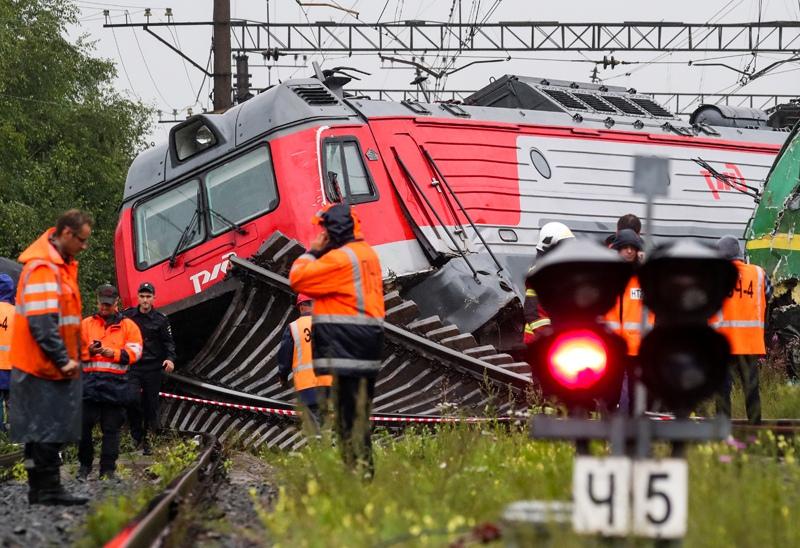Два грузовых электровоза сошли с рельсов в Санкт-Петербурге