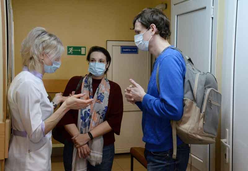 Молодые люди общаются с врачом