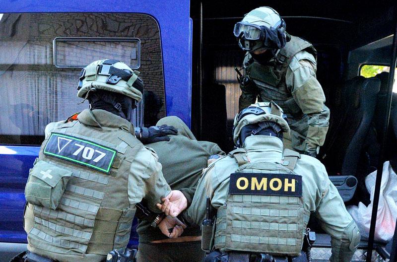 Сотрудники белорусского ОМОН во время задержания