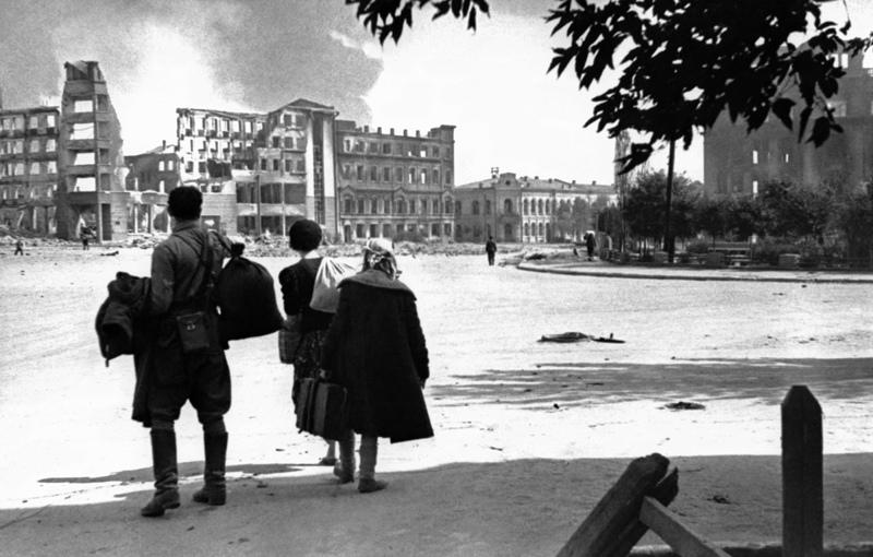 Сталинград. Жители города на улице, разрушенной в результате немецкой бомбардировки