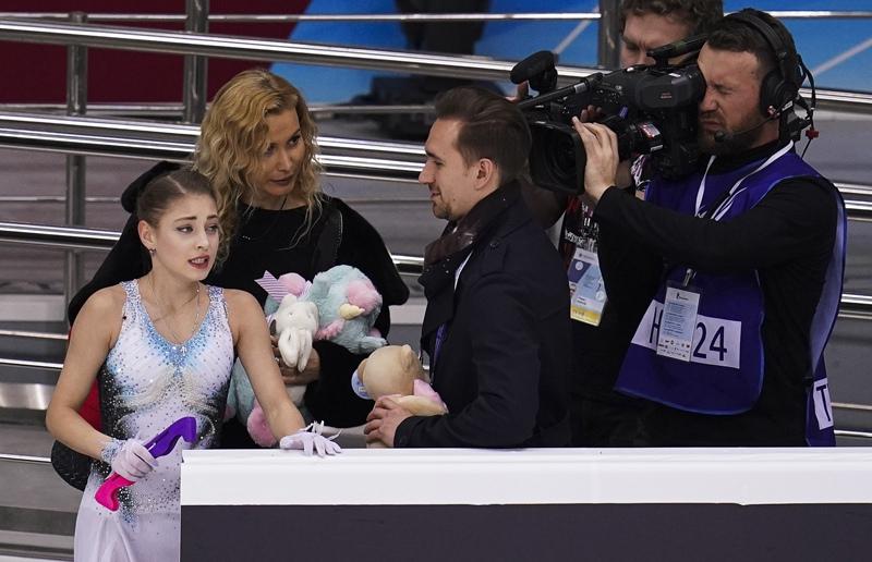 Алена Косторная, тренер Этери Тутберидзе и хореограф Даниил Глейхенгауз (слева направо)