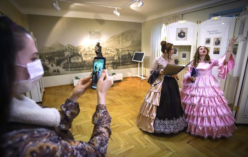 Сотрудники музея ведут онлайн-трансляцию