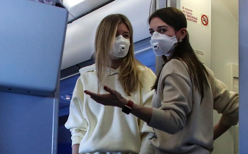 """Пассажиры в медицинских масках в самолете рейса """"Москва - Женева"""""""