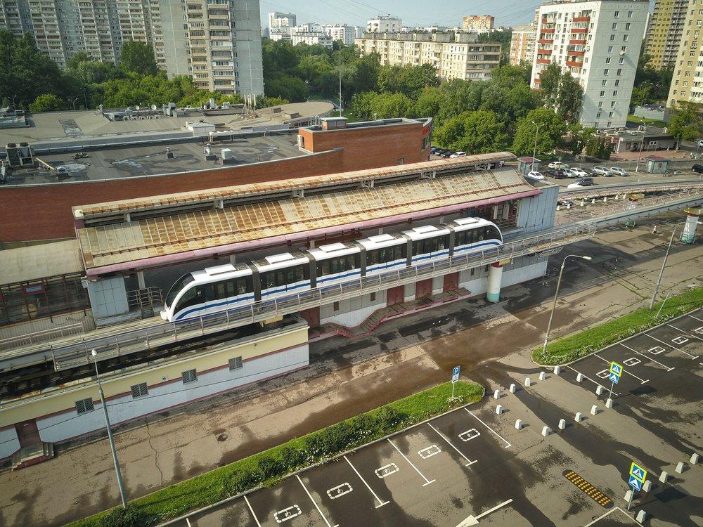 Вид с квадрокоптера на работу линии монорельса в Москве