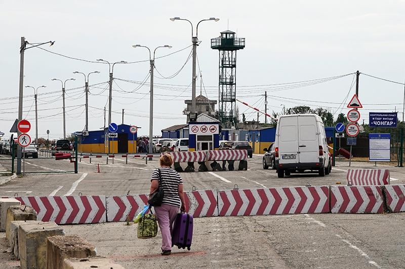Украина приостановит работу КПП на границе с Крымом