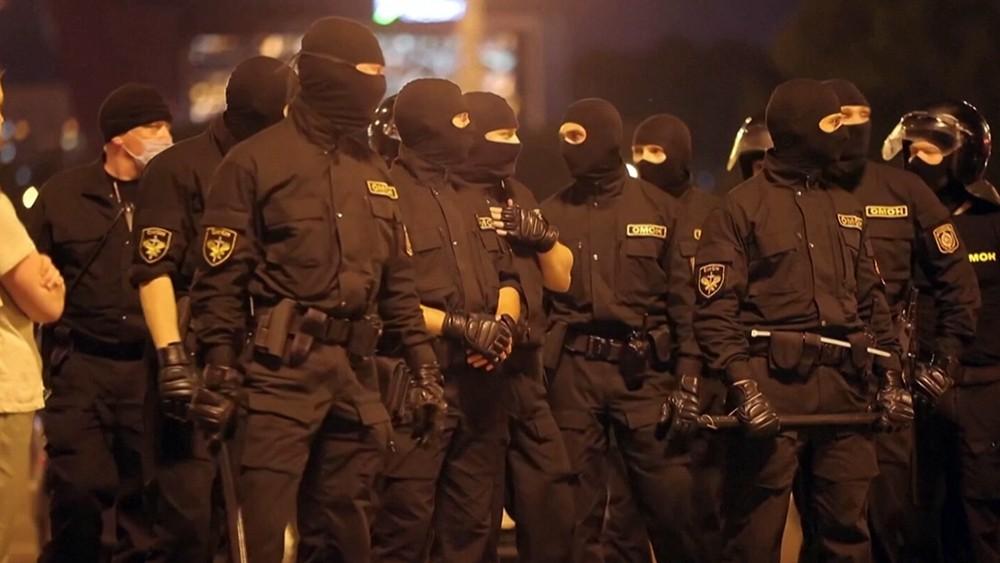 Сотрудники правоохранительных органов Белорусии во время акции протеста