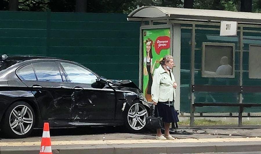 Машина врезалась в остановку