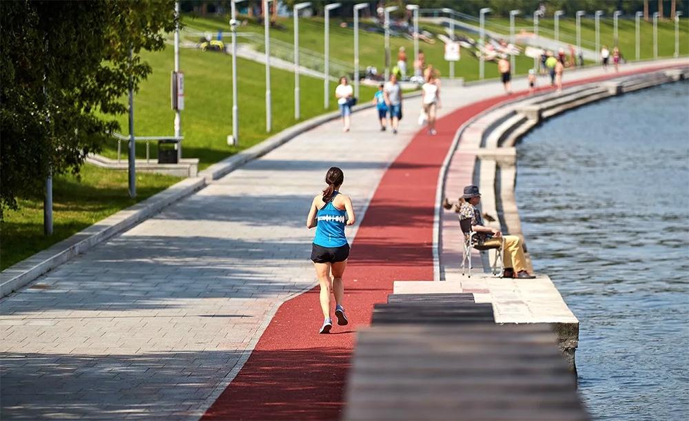 Занятия бегом в парке