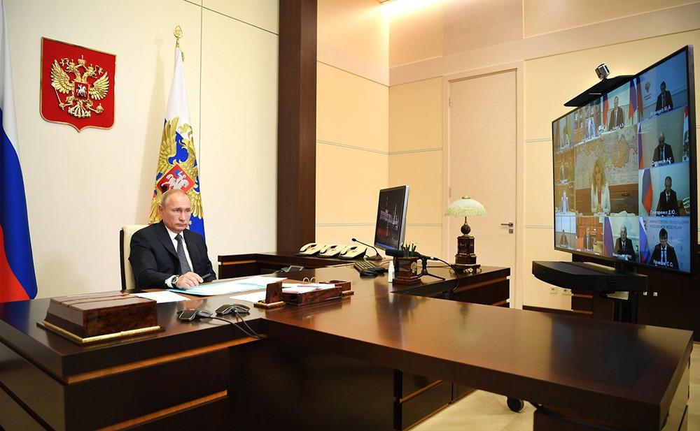 Владимир Путин проводит совещания с членами Правительства