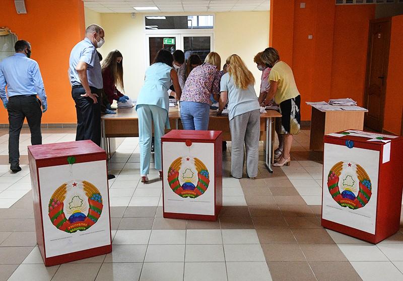 Подсчет голосов на избирательном участке в Минске в единый день голосования в Белоруссии