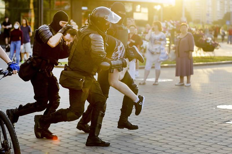 Сотрудники правоохранительных органов Белорусии во время акции протеста в Минске