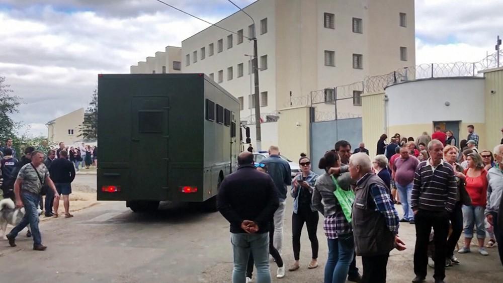 Люди возле СИЗО в Минске