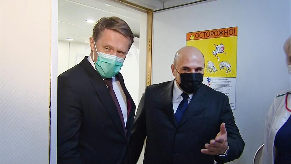 Михаил Мишустин осматривает клинику