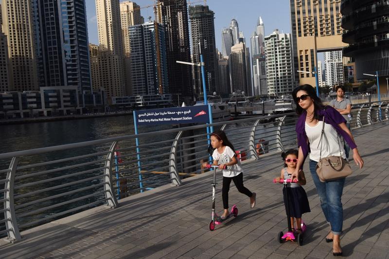 Женщина с детьми на одной из улиц Дубая